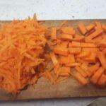 морковь режем кубиками, часть трем на терке